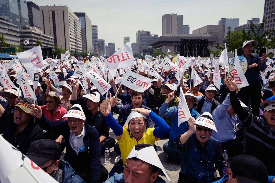今年中,一位計程車司機,為抗議共乘服務衝擊生計,在自己計程車貼上「TADA OU...