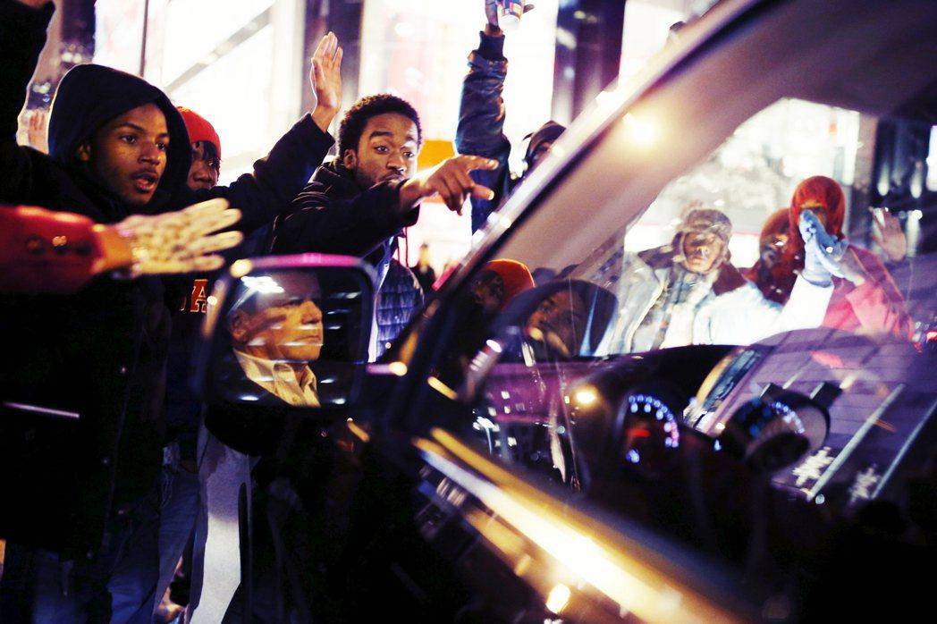 2014年10月,黑人青少年麥克唐納(Laquan McDonald)於芝加哥遭...