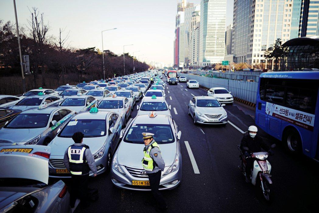 四方協商被視為成功典範,但沒多久,隨著TADA迅速崛起,傳統計程車業者再度為生計...
