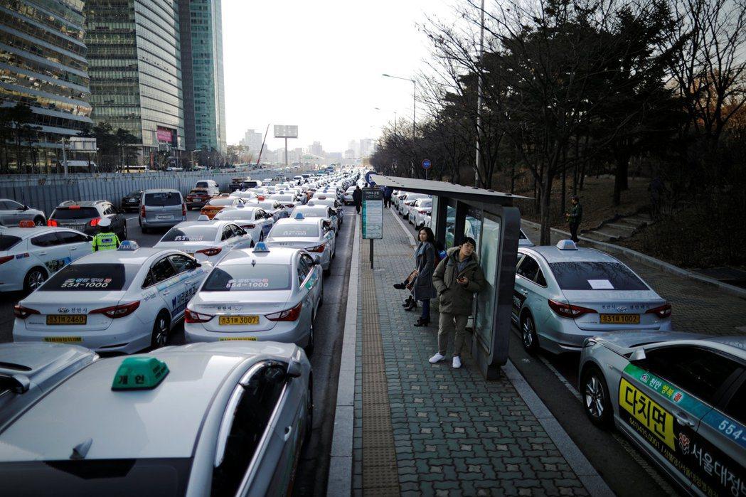 除TADA外,早先還有另一個讓南韓政府頭疼的,是KAKAO計程車的問題。圖為20...
