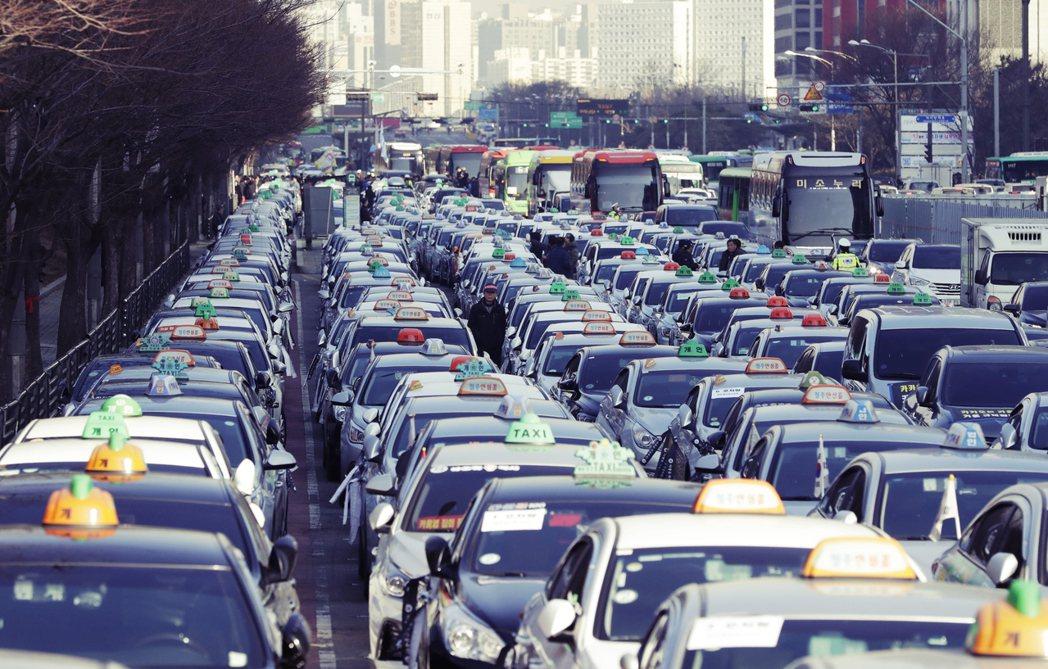 傳統計程車業主張,TADA打著「租車服務」的名號不斷壯大,經營模式卻跟計程車並無...