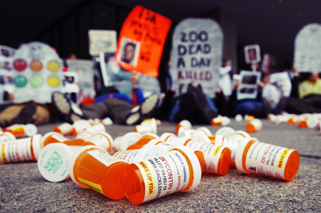 奧克拉荷馬州法院,是如何確認3家藥商的行銷行為,與該州境內鴉片類止痛藥的濫用,有...