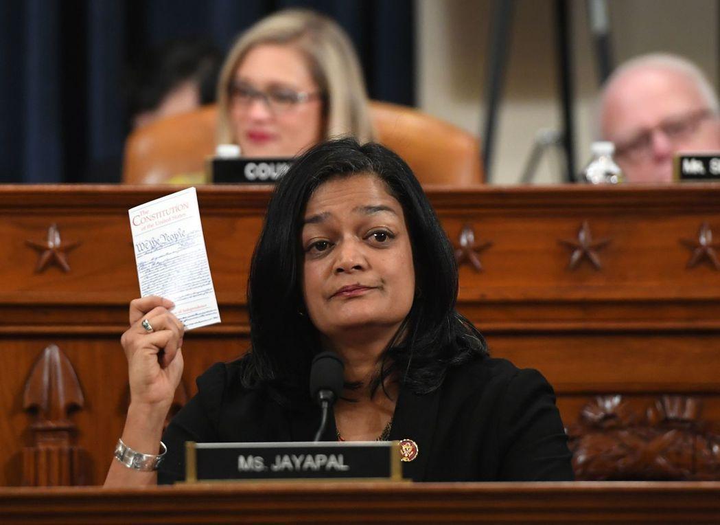 民主黨眾議員賈雅帕在眾院司委會表決川普彈劾案文時投票。(法新社)