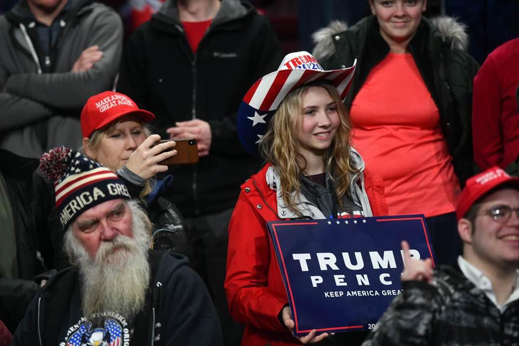 川普的支持者10日在美國賓州的集會中聆聽川普演講。(法新社)