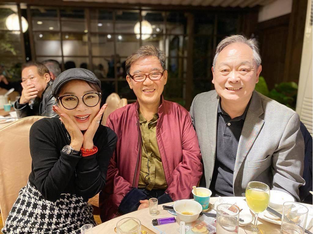 陳美鳳(左起)開心在婚禮上見到李立群、張復建等老友。圖/摘自臉書