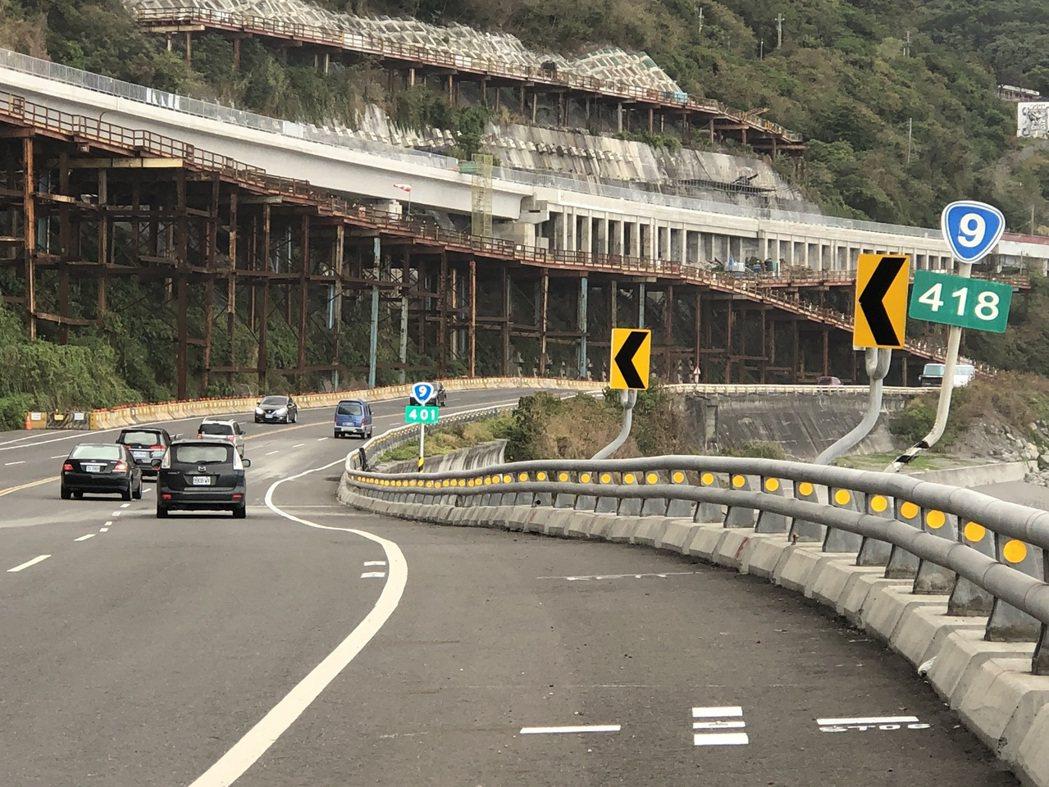 近日不少駕駛開車經過南迴公路時,都發現路旁里程牌,不僅都多了1支,里程數字也不同...
