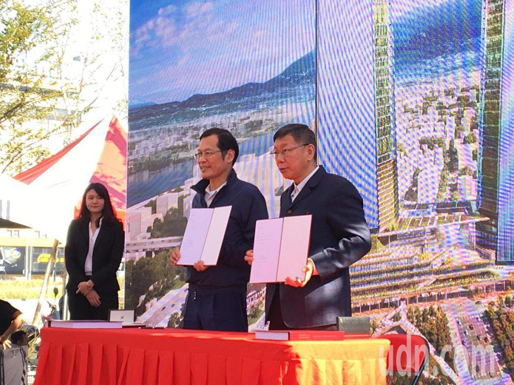 台北市長柯文哲(右)和台北雙星董事長許崑泰(左)共同簽署雙子星開發案投資契約。記...