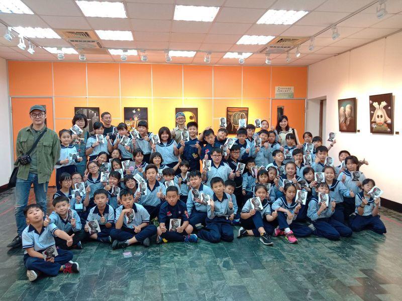 林園國小美術班學童參觀「資訊懸絲-林士揚類藝術設計展」。圖/林園圖書館提供