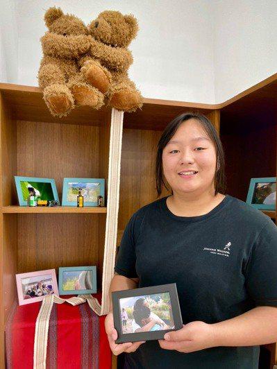 國立卓蘭高中圖書館自主學習暨展示空間昨啟用,首展推出幼保科2年級學生陳以柔「旅程照相館」個展。圖/卓蘭高中提供