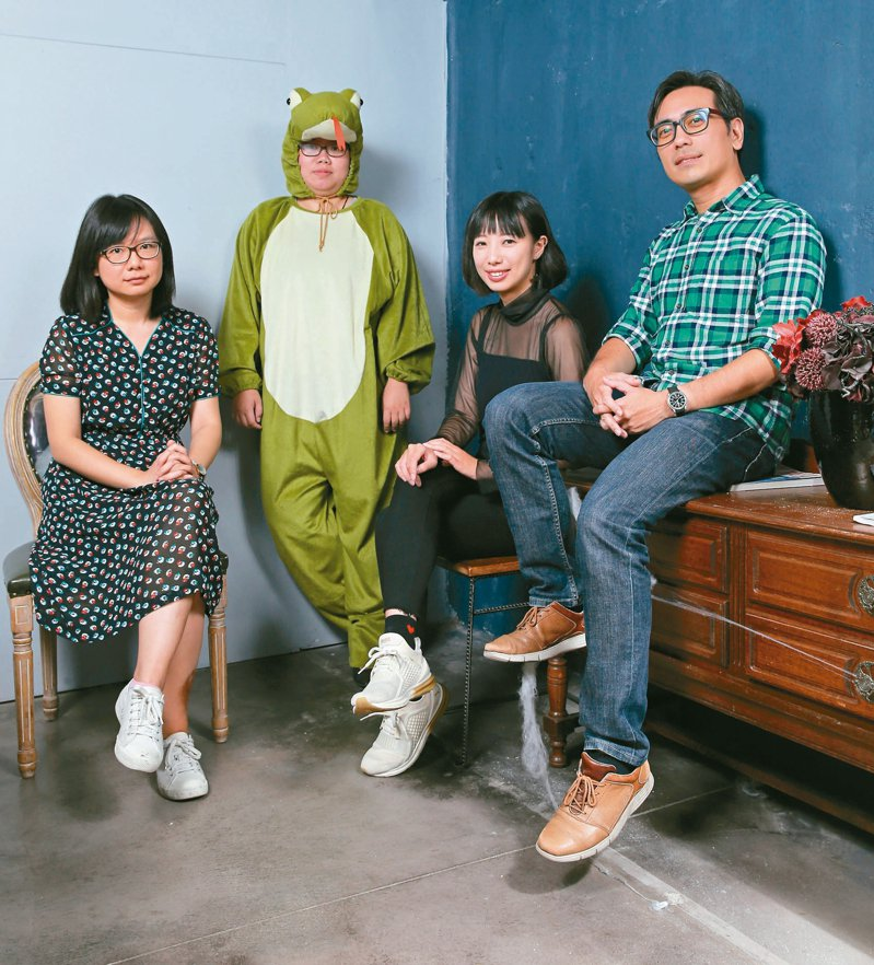 左起依序為粉絲專頁「編笑編哭」的B編、「出版魯蛇碎碎念」的魯蛇、「編輯小姐Yuli的繪圖日誌」的Yuli、「老編垚順的出版手帳」的垚順。  記者許正宏/攝影