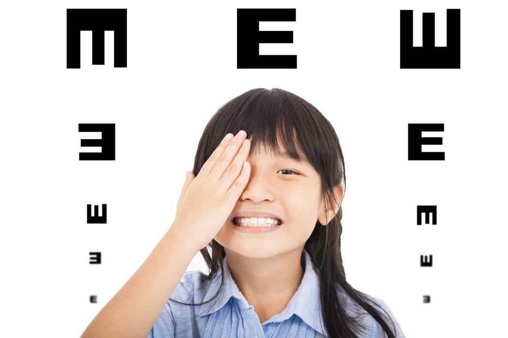 幼兒斜眼成因多,家長應提早就醫,找出病因。 圖╱123RF