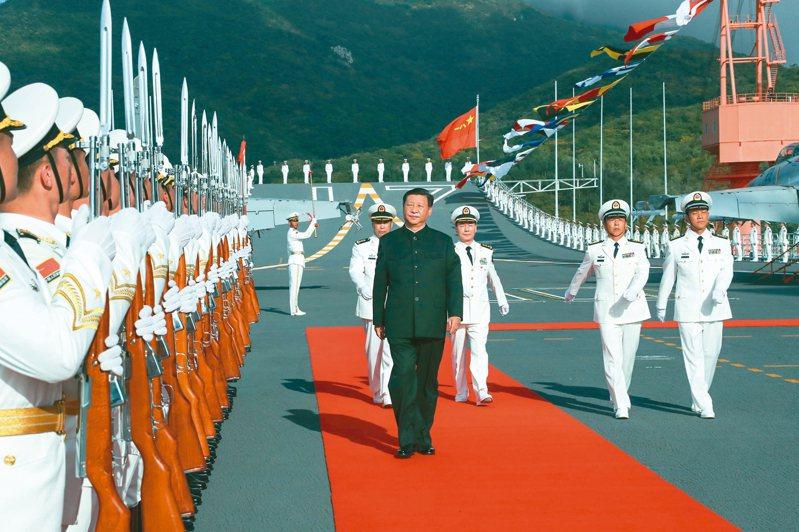 中共總書記習近平(中)十七日在海南三亞出席大陸第一艘自製航空母艦「山東艦」交接入列儀式。 (新華社)