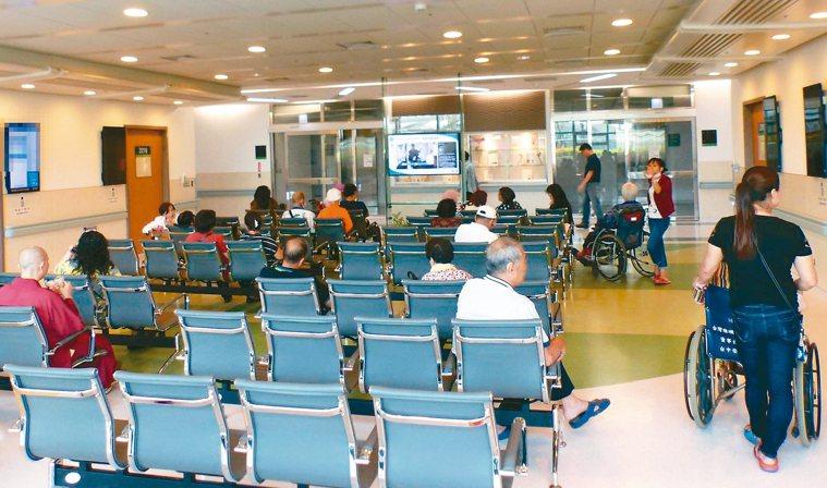 健保署從去年7月起要求區域級以上醫院門診減量,部分區域醫院難以競爭,自願降級為地...