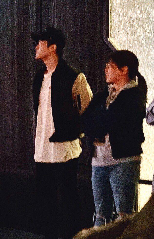 鄧紫棋舉行聽歌會,造型師男友Mark (左)在台下專心聆聽。圖/讀者提供