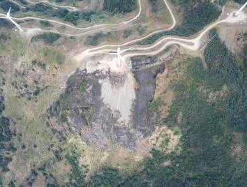 缺牙山綠茵青蔥的山坡被燒到光禿一片。 圖/取自河原發布
