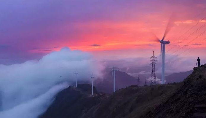 廣東缺牙山美景,蟬子頂的風車是景物相合為一體,成遊客上缺牙山的原因之一。 圖/取...