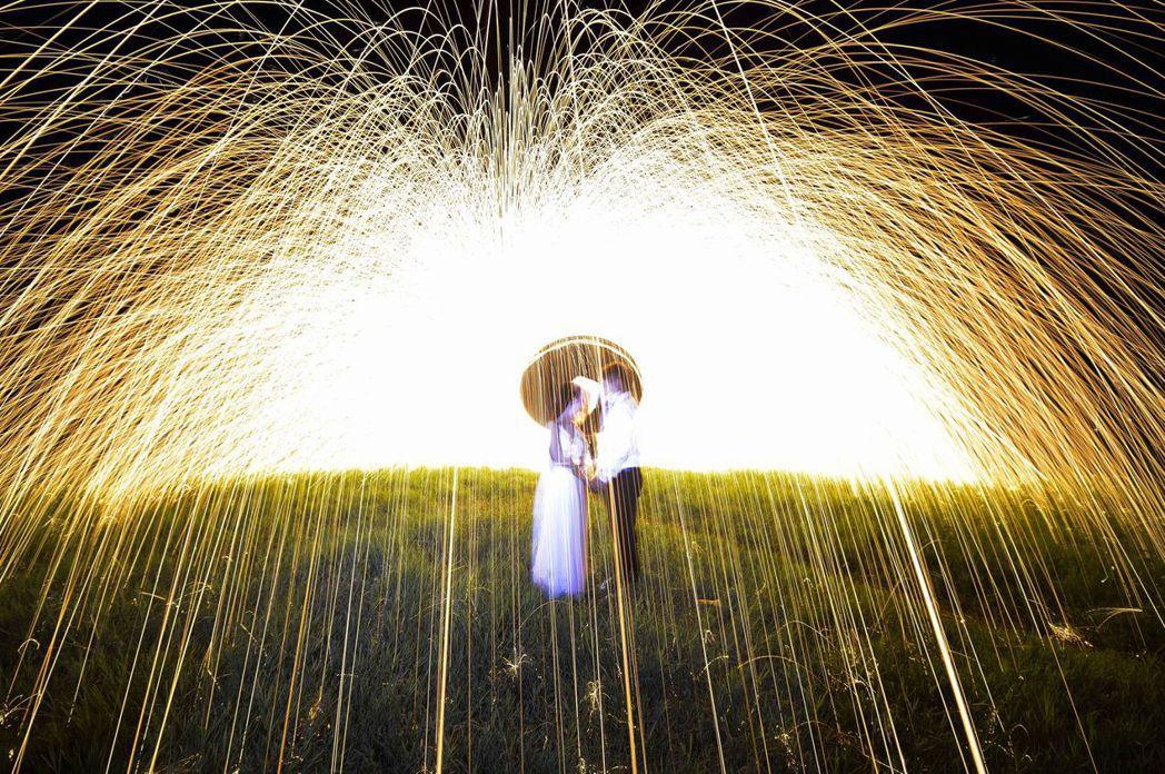 大陸情侶現在流行到景點拍浪漫照,但有情侶放煙花不慎引起森林大火。示意圖,非當事人...