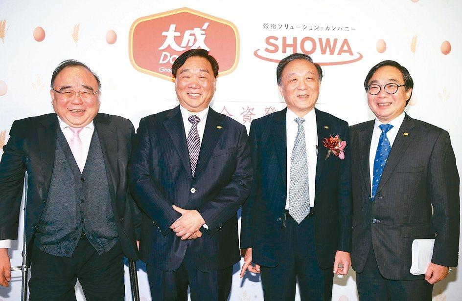 大成集團四兄弟一起出席與日本昭和產業簽約,包括前大成食品亞洲公司主席韓家寰(左起...