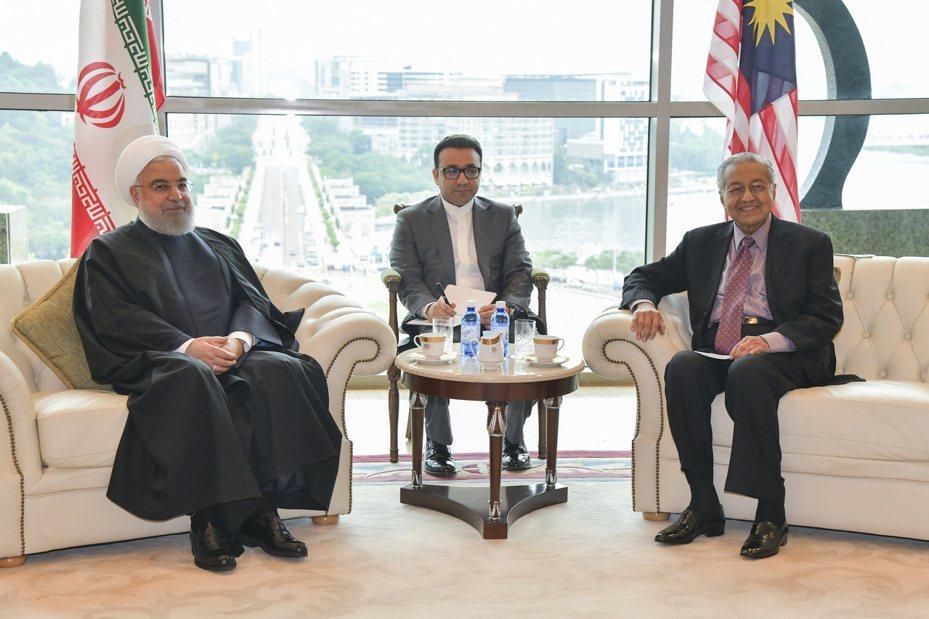 圖為馬來西亞首相馬哈地(右)及伊朗總統羅哈尼(左)。圖/歐新社