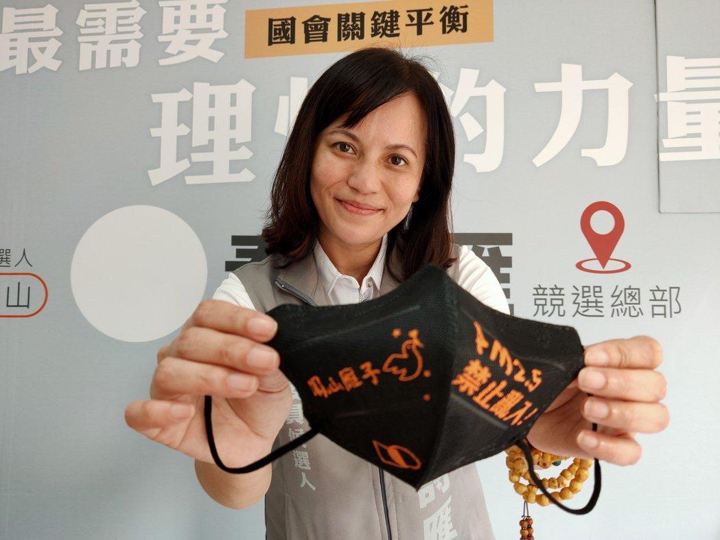 高雄立委第七選區親民黨候選人秦詩雁是服裝設計師,推出第一波設計小物是「潮牌風」黑...
