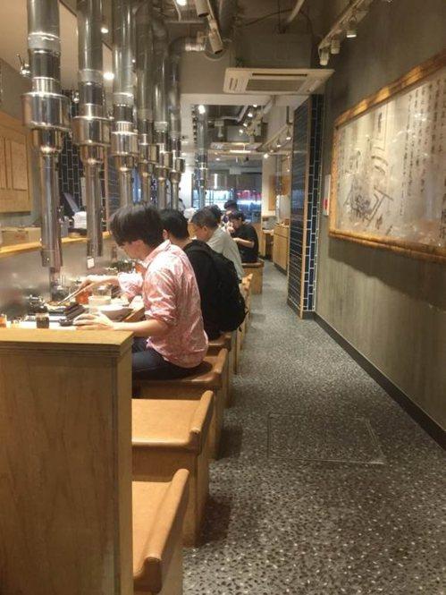 劉黎兒在日本餐廳看到的「單人席」,讓獨自用餐者也感到自在。