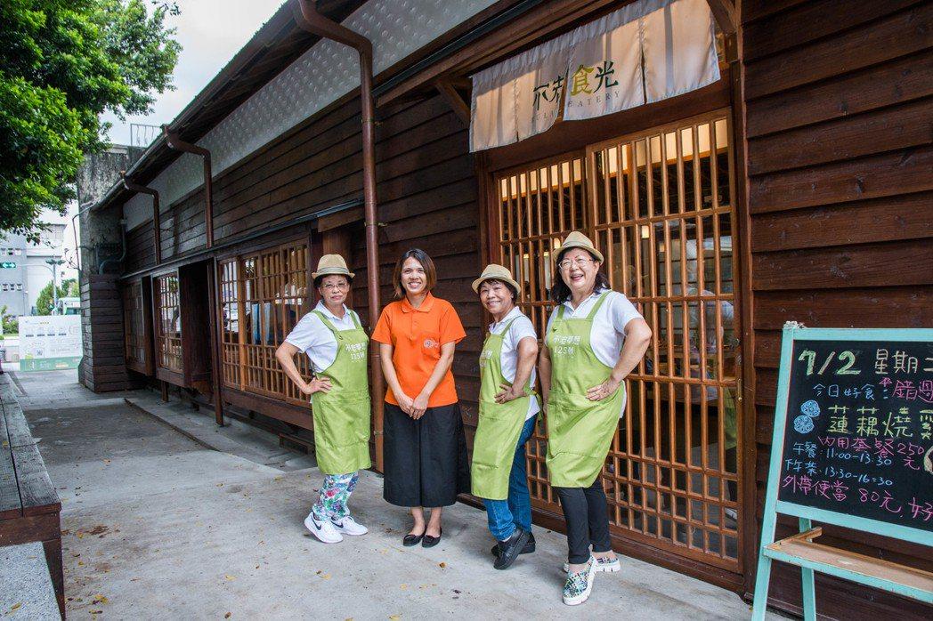 「不老夢想125號:不老食光餐廳」聘用13位平均年齡62歲的「大哥」、「大姐」。