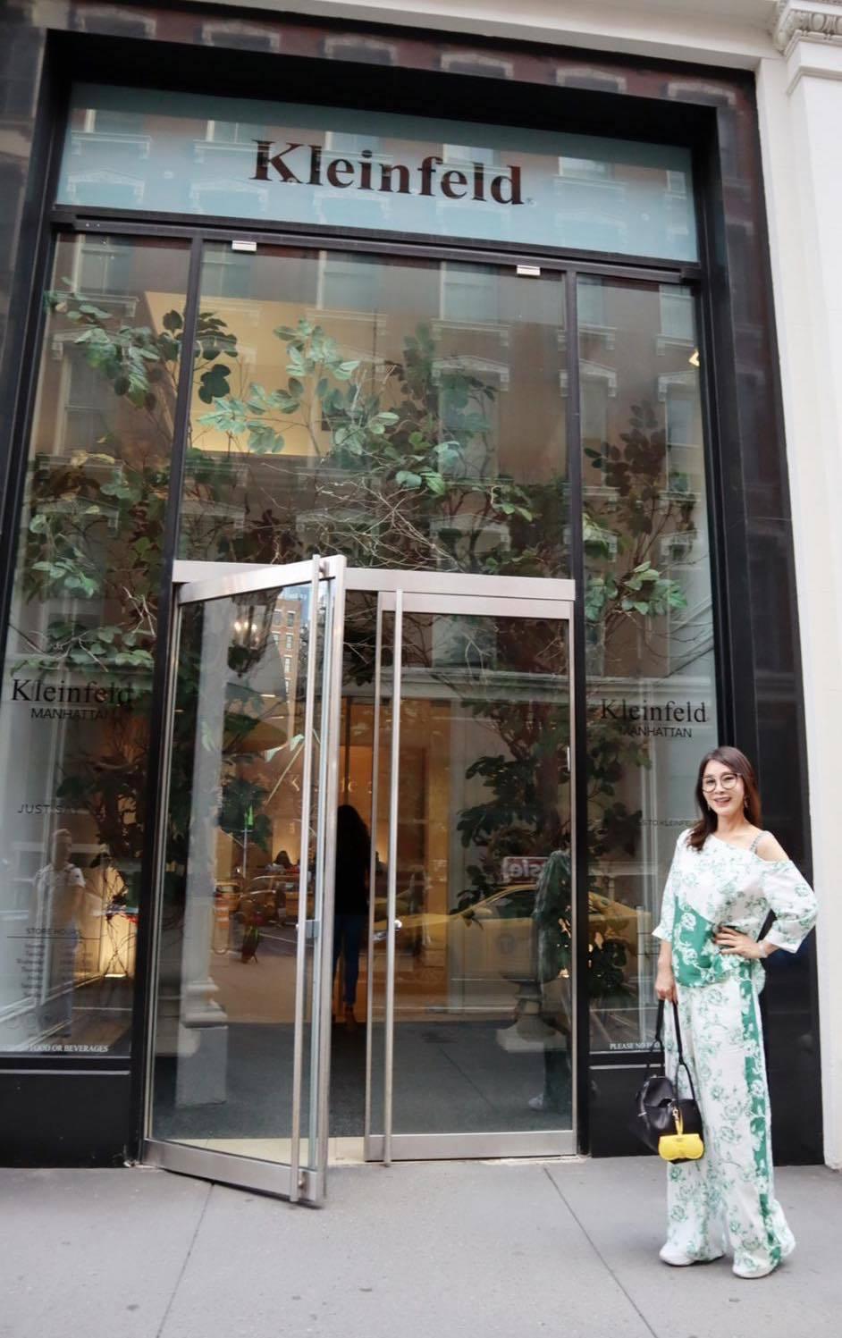 陳美鳳在紐約知名婚紗禮服店挑選婚紗。 圖/擷自陳美鳳臉書
