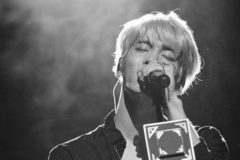 韓國男團SHINee的團員鐘鉉,在2018年12月18日因為憂鬱症結束生命,在忌日這天SHINee的官方社群帳號同步貼出鐘鉉照片,並寫下「我們愛你」,讓粉絲們感動不已。SHINee與SMTOWN的方...