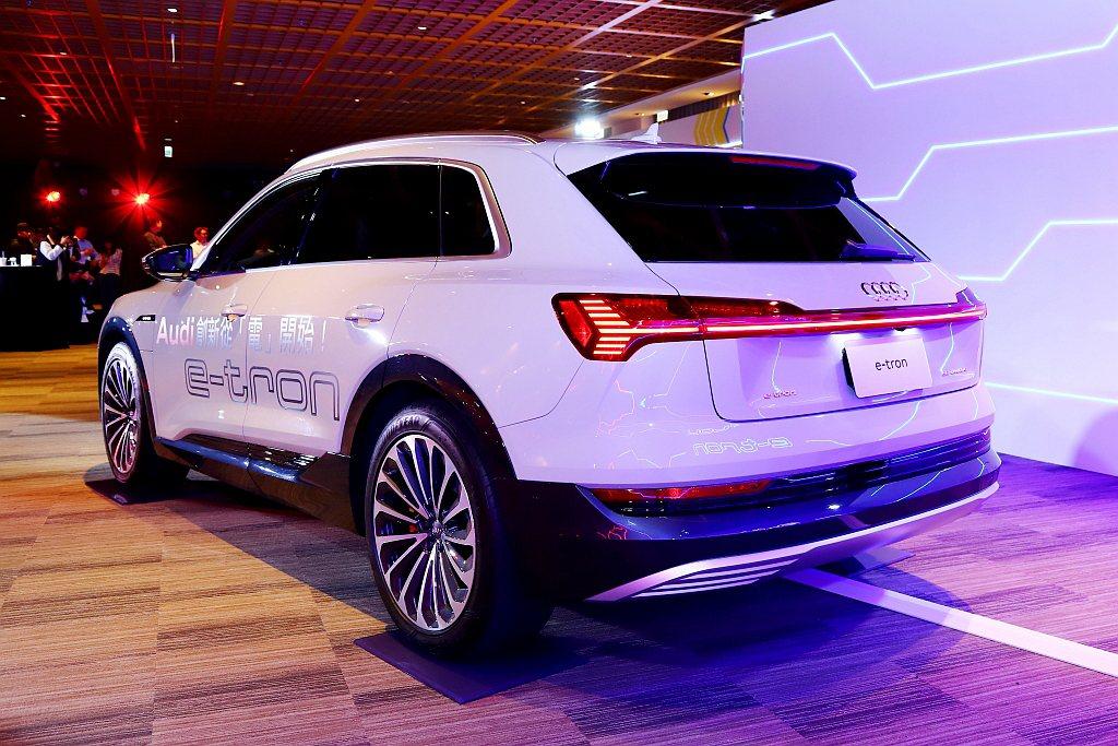 Audi e-tron搭載前/後各一具電動馬達可輸出355hp馬力、57.2kg...