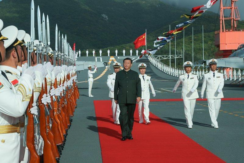 17日下午,中國首艘國產航艦「山東艦」服役,習近平到場檢閱。 圖/新華社