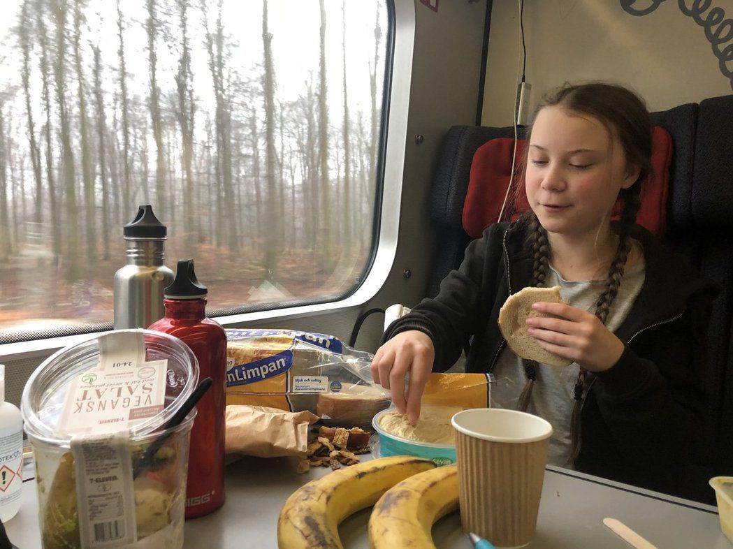 格蕾塔在火車上吃的午餐引發批評 圖:Twitter@GretaThunberg