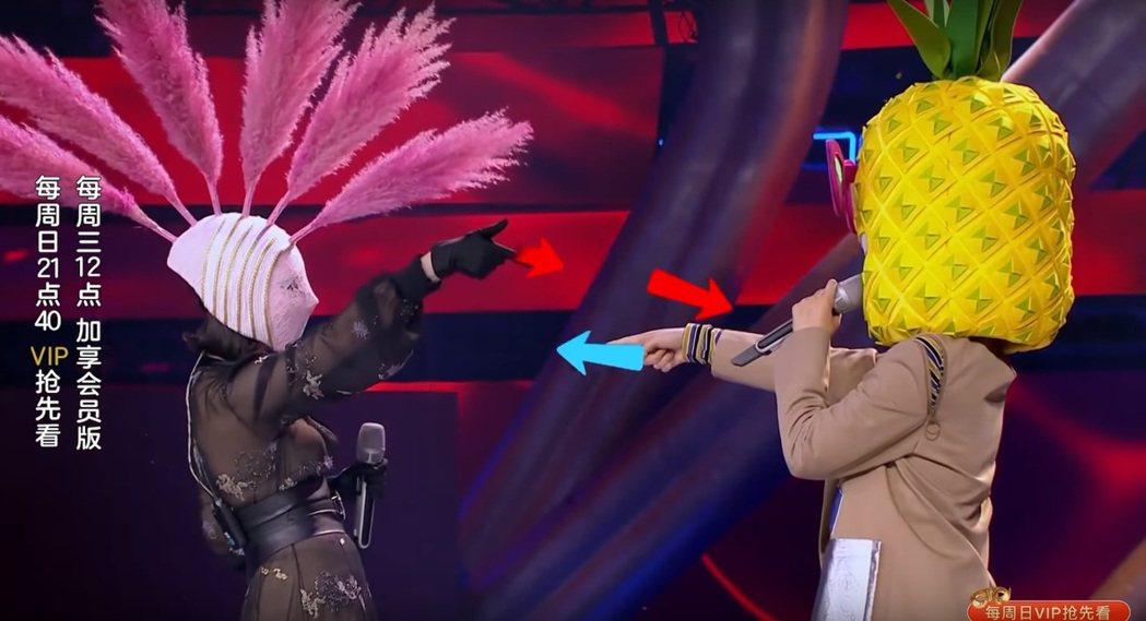 郭靜與Sunnee在「蒙面唱將猜猜猜」中互相拆台。圖/擷自YouTube