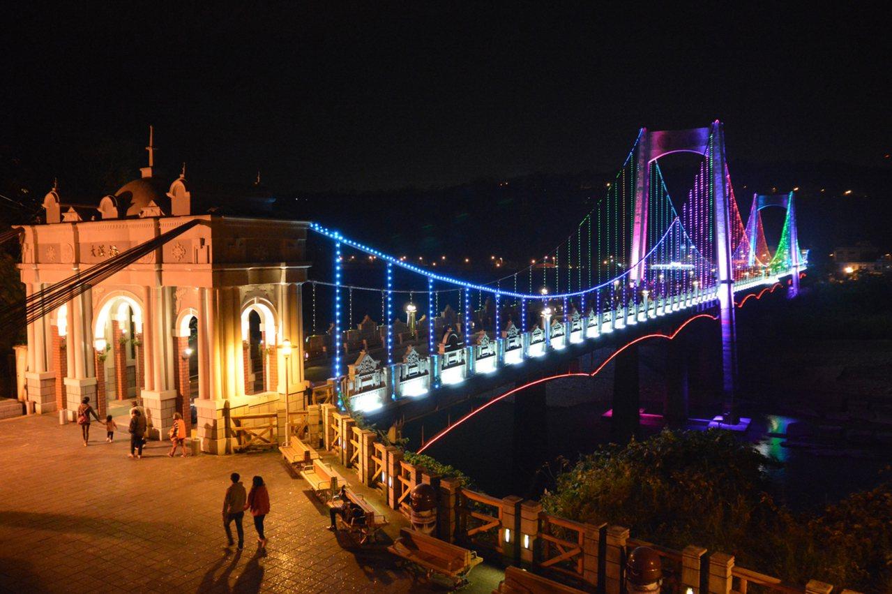桃園大溪吊橋是大溪老街地標景點,增建置全彩LED智慧光雕系統設施,越夜越美麗。 ...