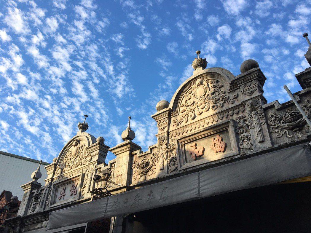 桃園大溪老街古色古香的著名地標,巴洛克式風格造型山門牌樓。 圖/桃園市大溪木藝博...