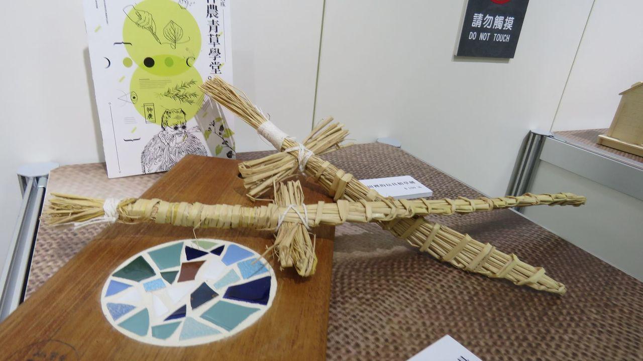 大溪職人手作DIY文創商品,歡迎遊客加入自己動手作的行列,圖為玩具稻草劍及充滿手...