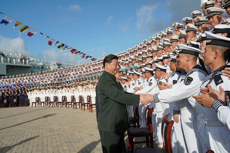 12月17日,中國首艘國產航艦「山東號」服役,習近平到場檢閱。 圖/新華社