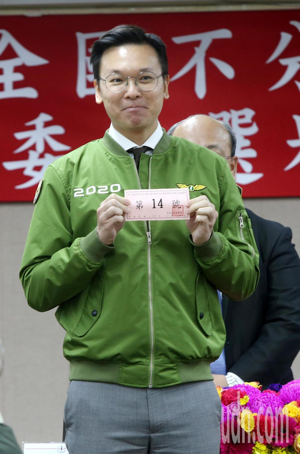 中選會上午進行政黨號次抽籤,民進黨副秘書長林飛帆抽出14號。記者邱德祥/攝影