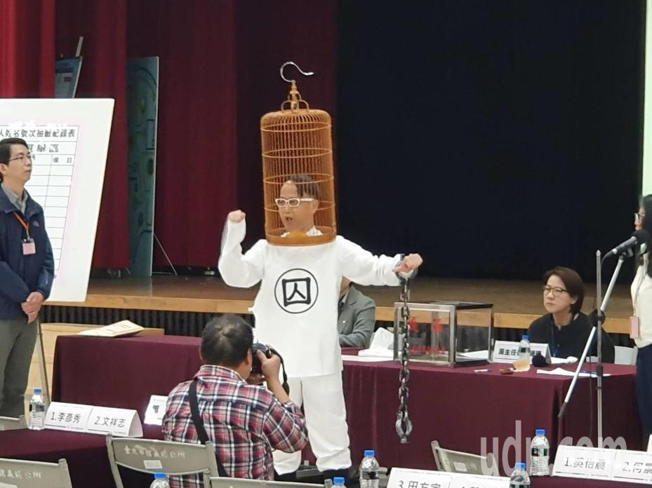 北市第五選區的無黨籍候選人盧憲孚,頭戴鳥籠來抽籤。記者楊正海/攝影