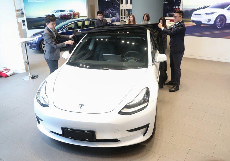 今年11月22日在上海亮相的陸產特斯拉Model 3。新華社