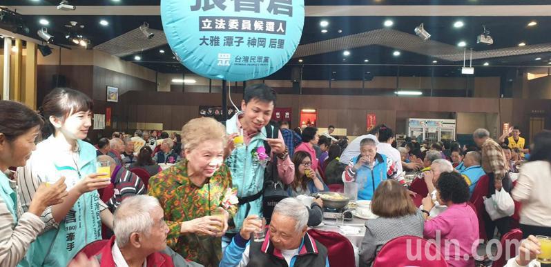 柯媽今天到台中市大雅區參加大雅老人會活動,為台灣民眾黨立委候選人張睿倉助選。記者游振昇/攝影