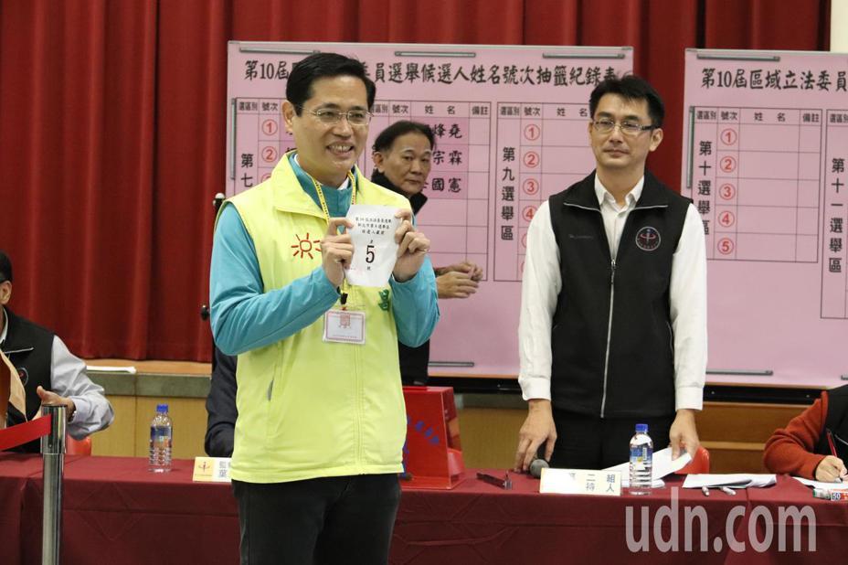 江永昌(左一)表示,距離選舉不到一個月的時間,他會保持信心,全力衝刺。記者胡瑞玲/攝影