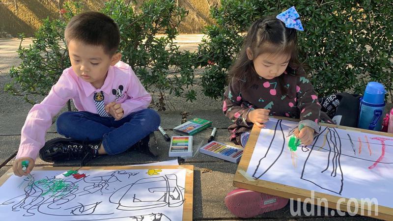 虎頭埤風景區元旦舉辦兒童畫畫寫生比賽。記者吳淑玲/攝影