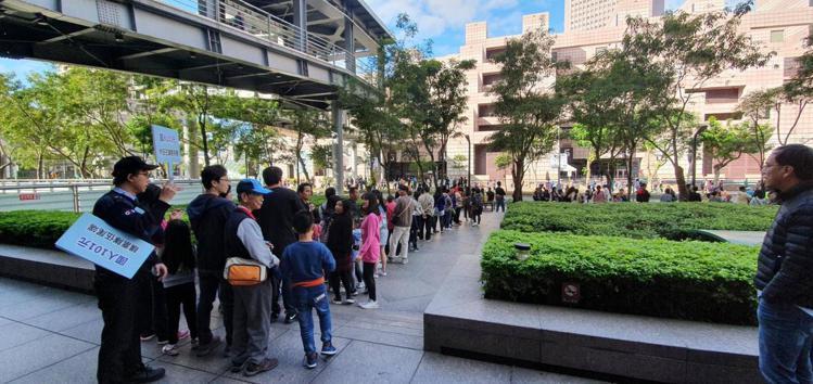 台北101針對國人推出觀景台優惠獲得廣大迴響,人潮從5樓排到1樓。圖/讀者提供
