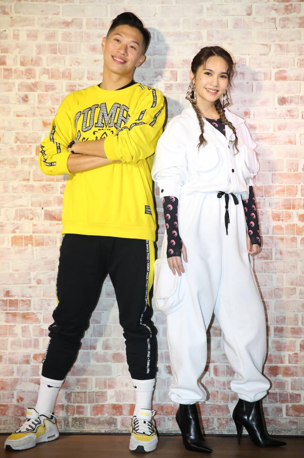 楊丞琳(右)與老師一起跳Zumba。記者侯永全/攝影