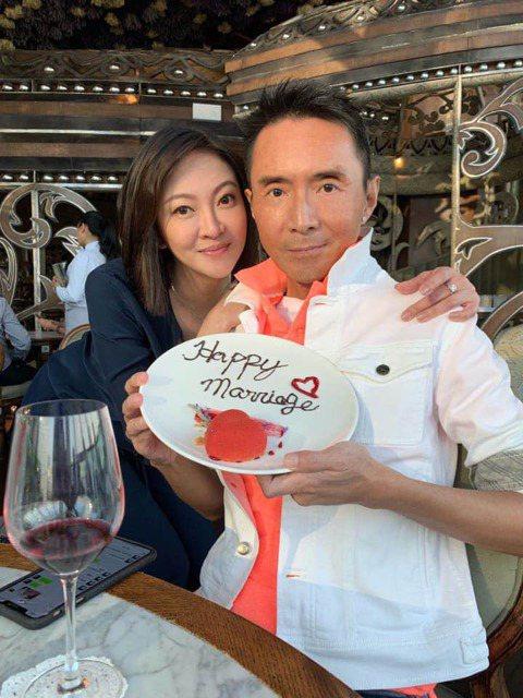 曾是香港小虎隊成員的53歲林立洋和30多歲的歌迷Erin7月在香港登記結婚。兩人日前也在台灣登記結婚,林立洋接受本報專訪時也開心分享已正式取得台灣居留證,不過他一回台灣就看到影劇版登的全是離婚新聞,...