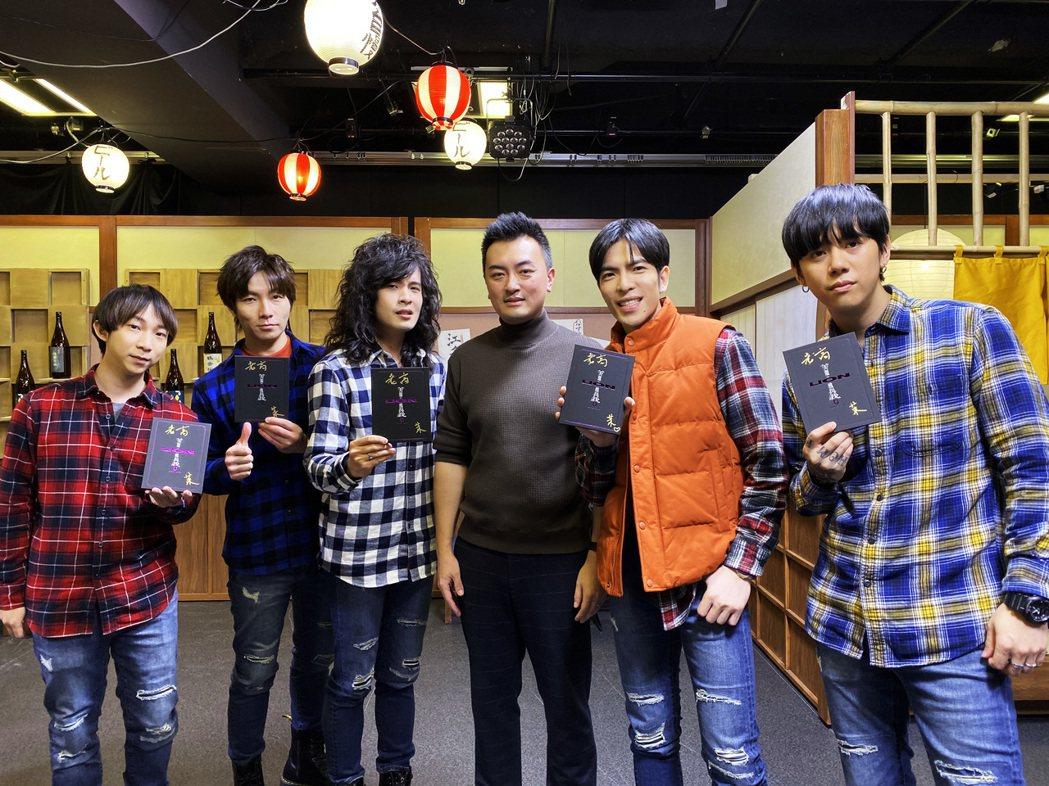 蕭敬騰(右二)搶著要老高(右三)簽名的第1張專輯。圖/華納提供