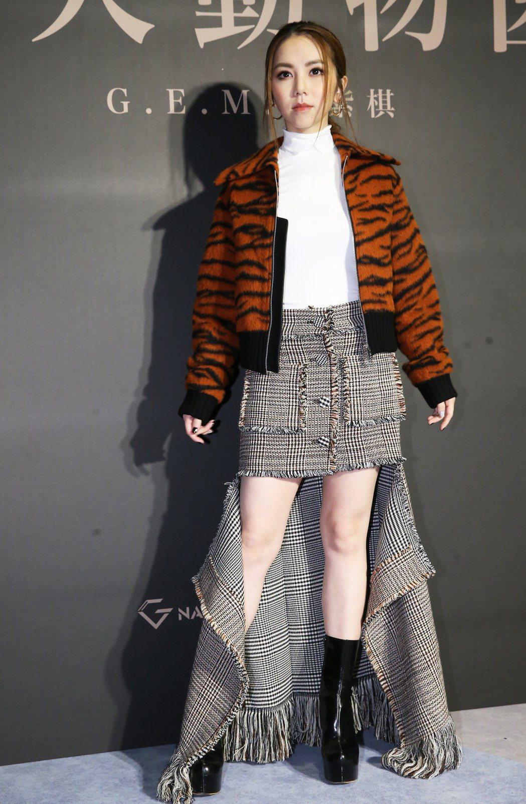 鄧紫棋推出新專輯「摩天動物園」頗受好評,18日以一襲虎紋裙裝出席新專輯媒體搶聽會