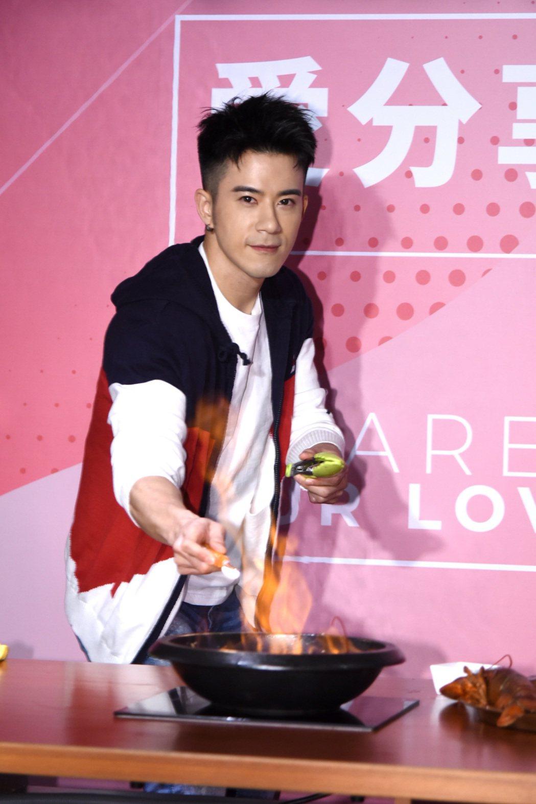 JR在新戲中擔任廚師,現場也秀廚藝,當場料理火焰爆炒龍蝦石頭鍋。圖/天晴娛樂提供