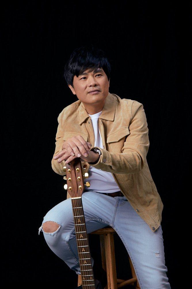蘇明淵以歌壇首位「律師歌手」之姿,推出台語創作專輯「善良的歹人」,唱出悲歡離合人...