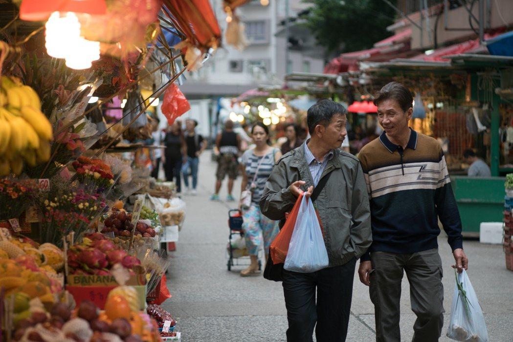 太保(右)、袁富華(左)在本片大談高齡已婚禁忌之戀。圖/采昌提供